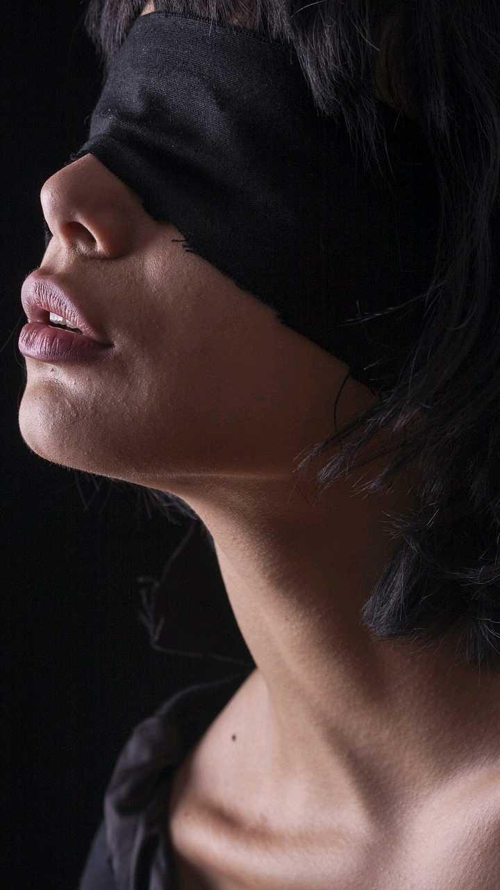 Красивые картинки женщин с завязанными глазами